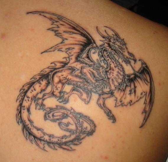 Tatouage la force du dragon tatouage dragon sur - Tatouage homme dragon ...