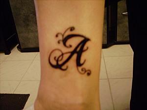 tatouage bras lettre a