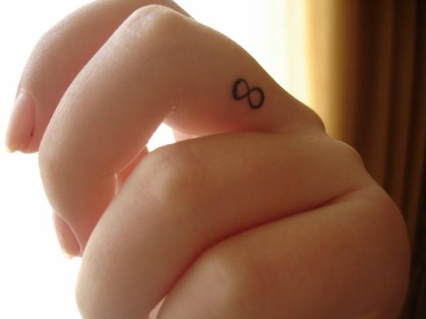 tatouage doigt infini