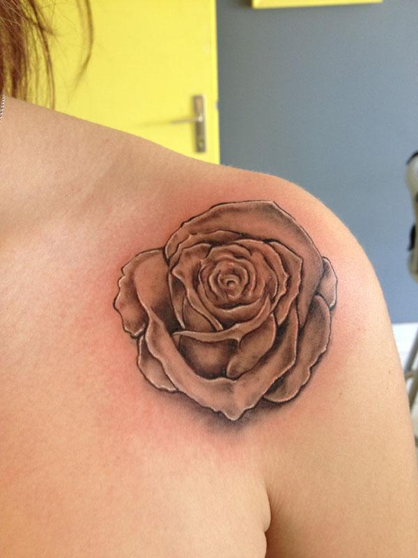 tatouage épaule fleur - tatouage rose sur modele2tatouage