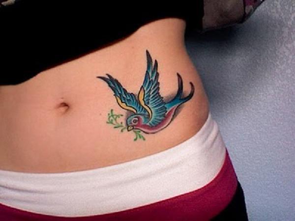 tatouage hirondelle hanche