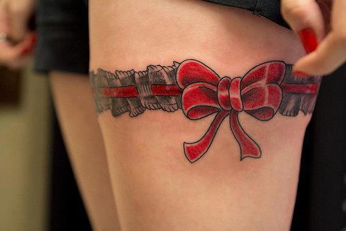 tatouage jarretière noeud