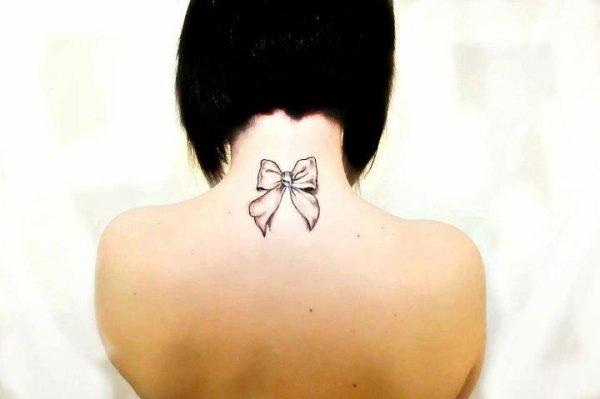 tatouage noeud nuque