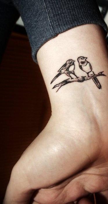 tatouage petit oiseau tatouage oiseau sur. Black Bedroom Furniture Sets. Home Design Ideas