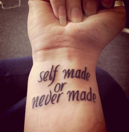 tatouage phrase au poignet