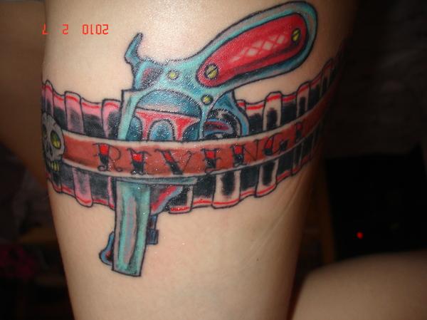 tatouage pistolet cuisse