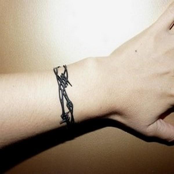 tatouage poignet bracelet plume. Black Bedroom Furniture Sets. Home Design Ideas