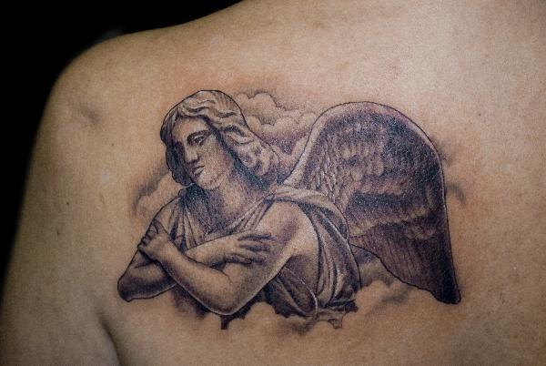 Tatouer un ange gardien sur l omoplate tatouage ange sur - Dessin d ange gardien ...