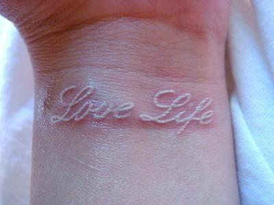 Tatouer une devise à l'encre blanche sur le poignet