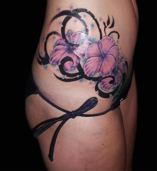 Un Tatouage D Hibiscus Rose Sur Le Cote Du Ventre Tatouage Fleur